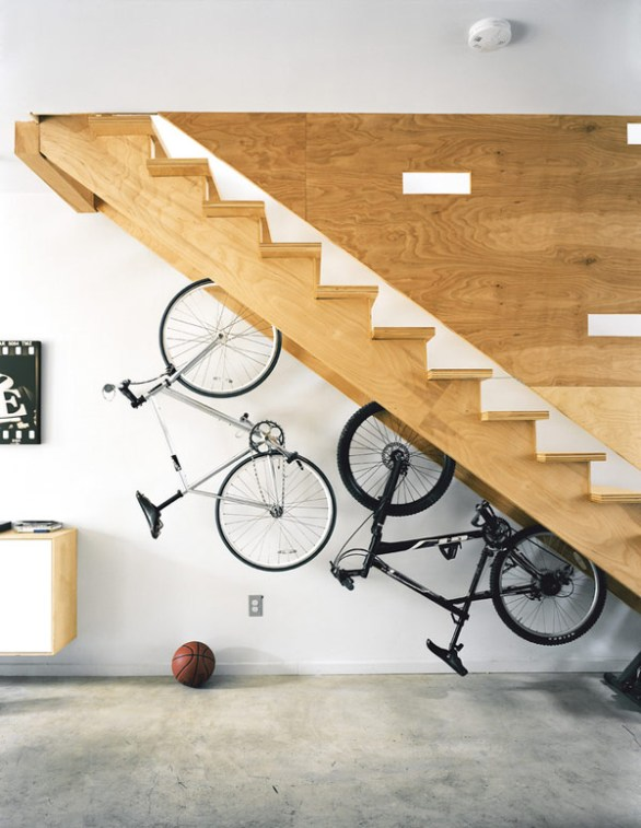 ideas-colgar-bicis-escalera